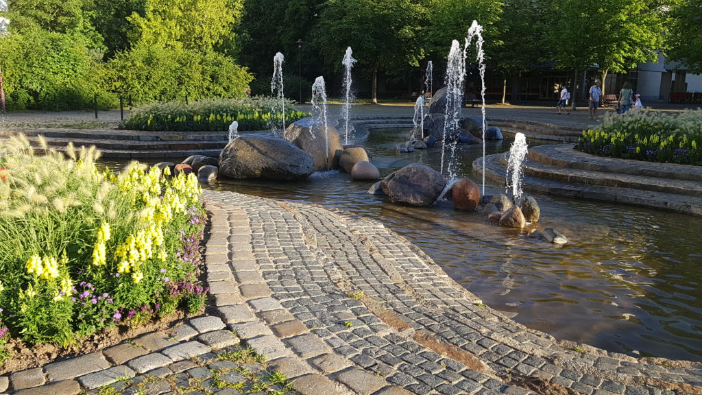 Blick auf den Grunaer Findlingsbrunnen im Herzen Altgrunas.